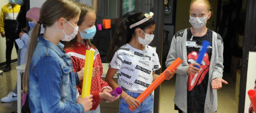 Neue Fünftklässler erkunden ihre zukünftige Schule